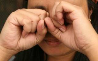 У ребенка болит глаз когда моргает