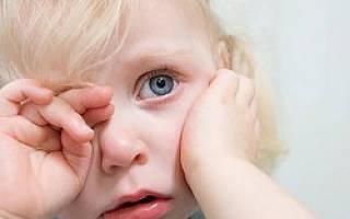 Ребенку попало что то в глаз и болит